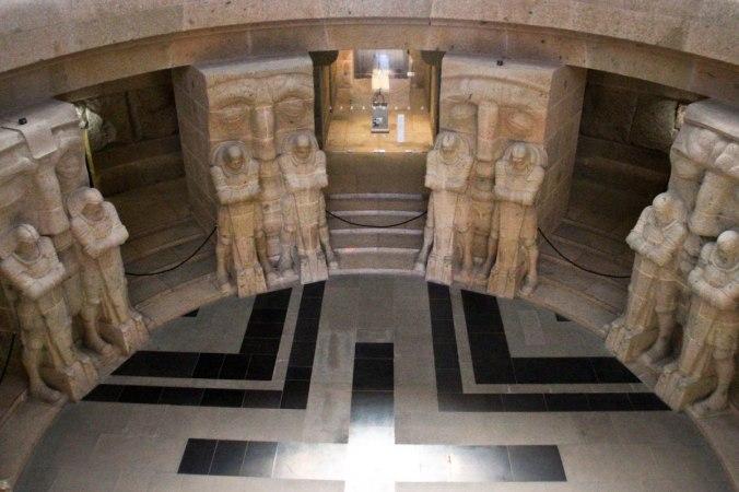 Im unteren Bereich warten riesige Statuen