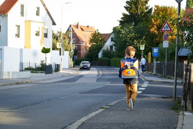 Zum ersten Mal auf dem Weg in die Schule...