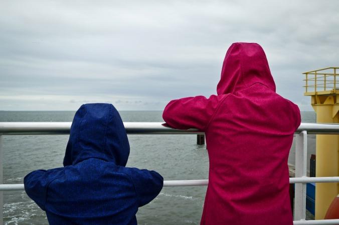 Eine recht stürmische Fährfahrt, die Kids dennoch ganz vorne dabei...