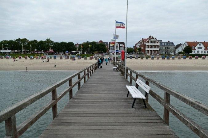 Ein Blick vom Pier aus Richtung Strandpromenade von Wyk...