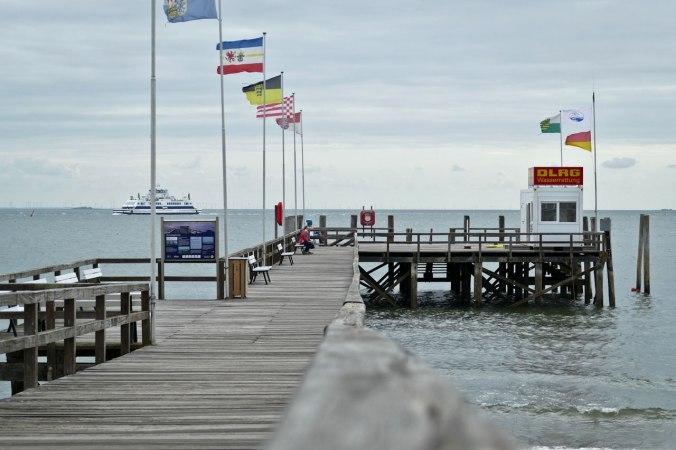 An den Flaggen kann man erkennen, dass an der Nordsee immer Wind geht...