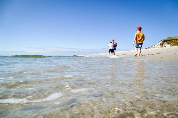 Meine Familie auf Wanderung zwischen Strand und Meer