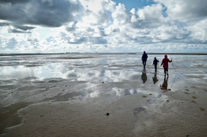 Drei einsame Wanderer ziehen ein letztes Mal ins Watt...