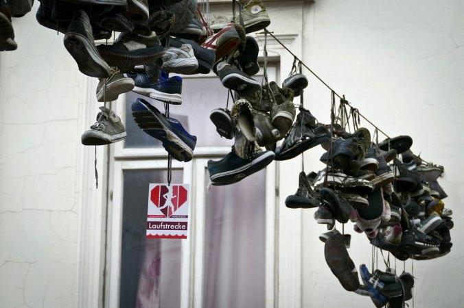 Viele Schuhe an der Marathonstrecke