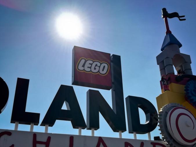 Der Eingang mit dem ikonischen Logo, flankiert von etlichen Lego-Figuren