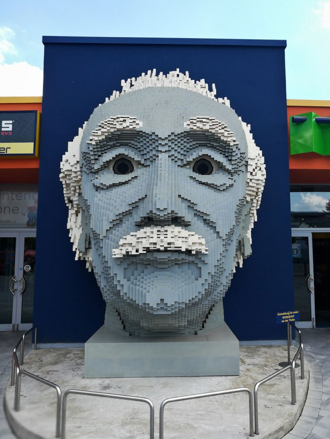 Überall gibt es liebevoll gestaltete Lego-Skulpturen, wie diese von Albert Einstein
