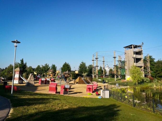 Hochseilgarten, Spielplatz und Teich (mit vielen Fröschen und Schnaken) am frühen Morgen