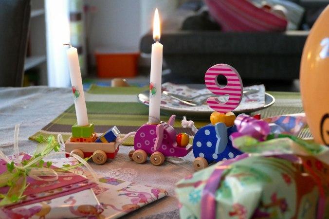 Morgens haben die Elefanten den Geburtstag eingeläutet