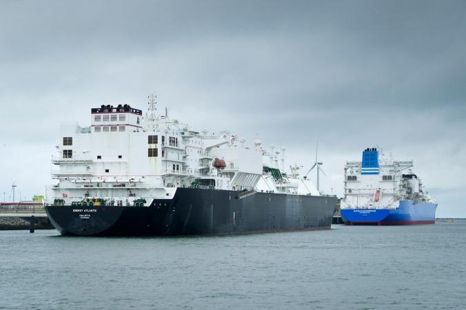 Weitere riesige Schiffe im Hafen Rotterdam