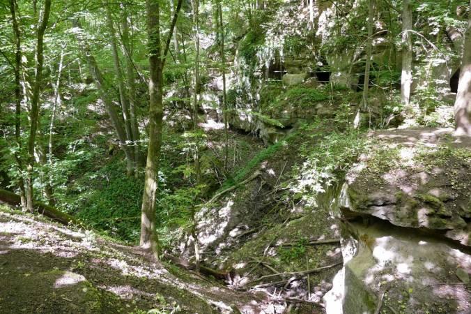 Eine Schlucht mit in den Fels gehauenen Gängen und Höhlen