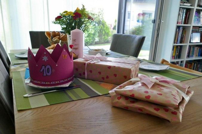 Der Geburtstagstisch am Morgen mit obligatorischer Krone