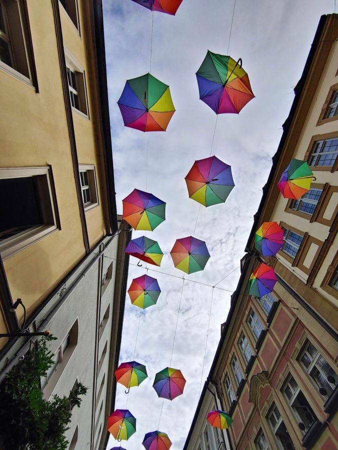 Bunte Regenschirme über den Straßen Bambergs