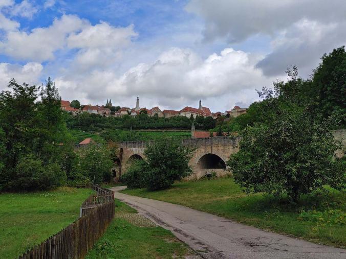 Der Blick von der Tauberbrücke auf Rothenburg...