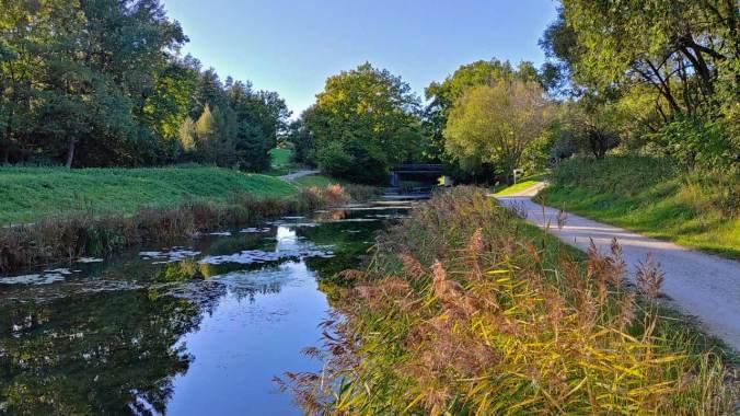 Schön in der untergehenden Sonne am Alten Kanal entlang