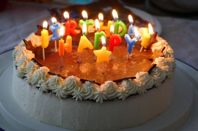 Die Geburtstagstorte (natürlich wurden die Kerzen nicht ausgepustet)