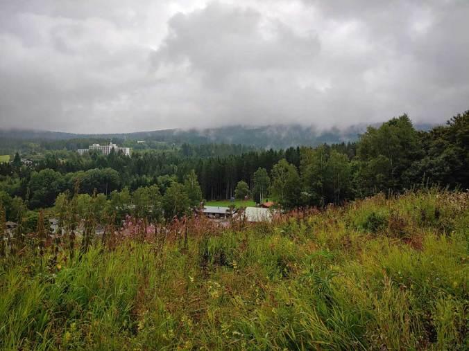 Der Regen hing noch tief in den Bergen