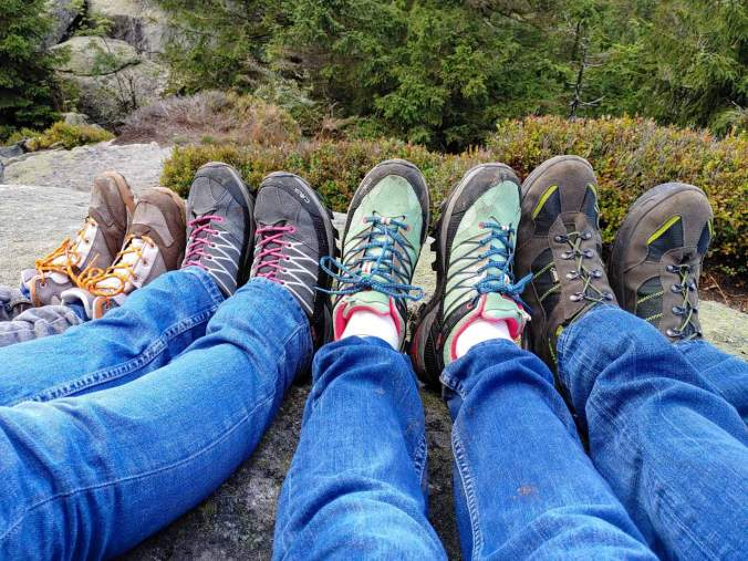 Das obligatorische Wanderfoto: Wem gehören wohl welche Schuhe?